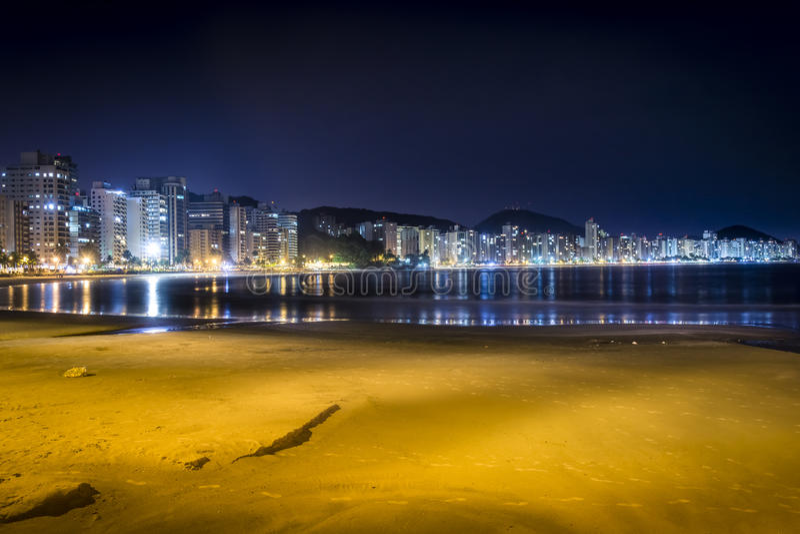Guaruja, Asturias i Pitangueiras, wyrzucać na brzeg przy nocą obrazy stock