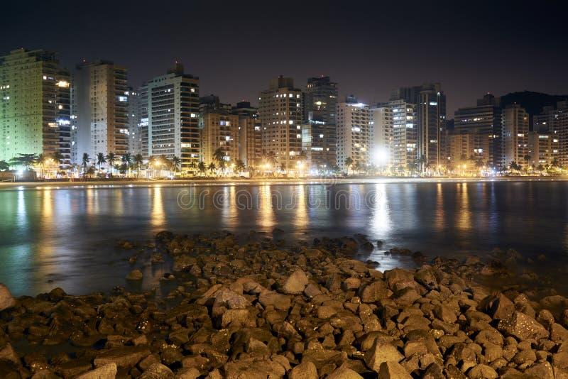 Guaruja, spiaggia delle Asturie alla notte immagini stock