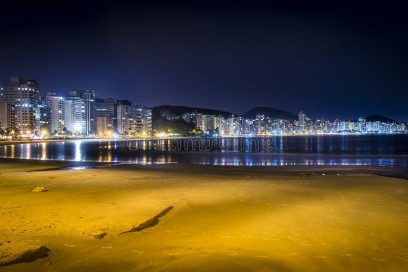 Guaruja, van Asturias en Pitangueiras-strand bij nacht stock afbeeldingen