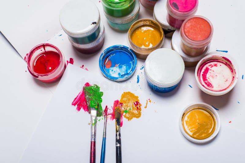 Guasz farba, muśnięcia i barwioni ołówki na lekkim tle, zdjęcie royalty free