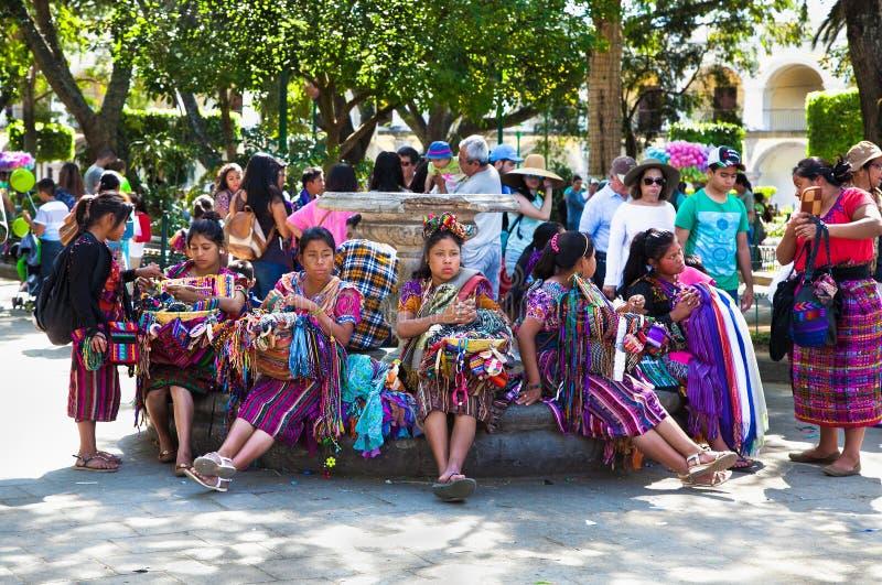 Guatamalian-Frau, die traditionelles buntes Gewebe salling sind und gutes stockfotos