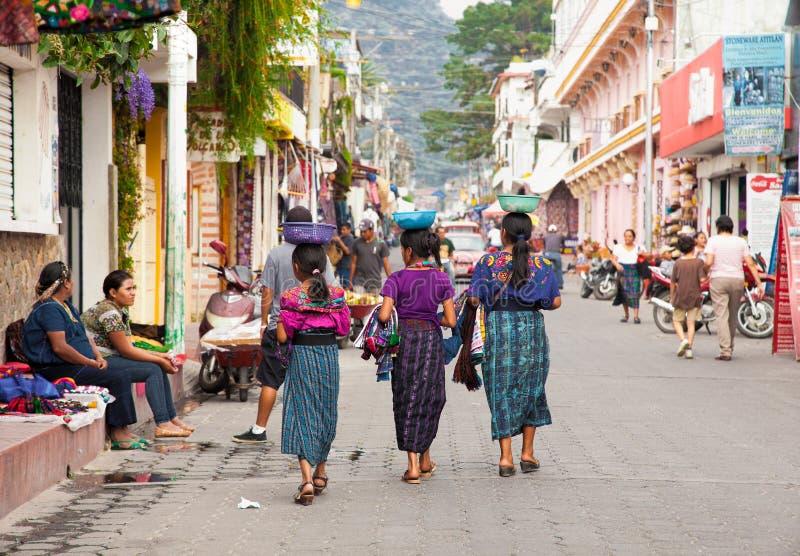 Guatamalian-Mädchen, die traditionelles buntes Gewebe am s salling sind stockfotografie