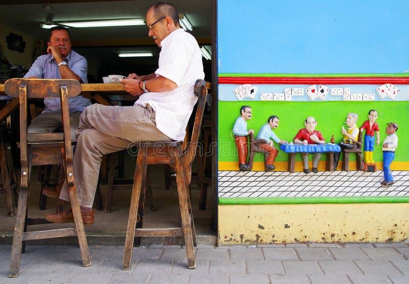 GUATAPE, ANTIOQUIA, КОЛУМБИЯ, 8-ОЕ ИЮНЯ 2019: Сцена улицы в деревне Guatape стоковая фотография