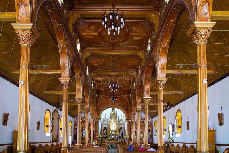 GUATAPE, ANTIOQUIA, COLÔMBIA, 08 DE AGOSTO DE 2018: A Igreja de Nossa Senhora de Carmen foto de stock