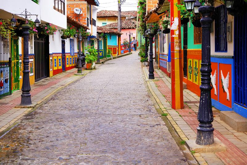 GUATAPE ANTIOQUIA, COLOMBIA, AUGUSTI 08, 2018: Färgrika gator av den Guatape byn i Colombia arkivbild