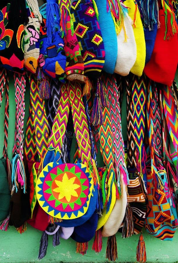 GUATAPE ANTIOQUIA, COLOMBIA, AUGUSTI 08, 2018: Ljusa och färgrika hand-gjorda souvenir från den Guatape byn arkivfoto
