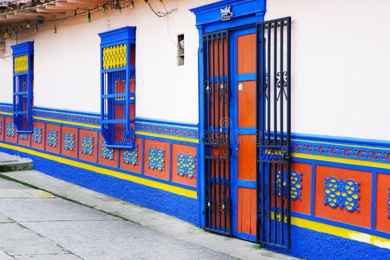 GUATAPE, ANTIOQUIA, COLOMBIA, 08 AUGUSTUS, 2018: Kleurrijke straten van Guatape-dorp in Colombia stock foto