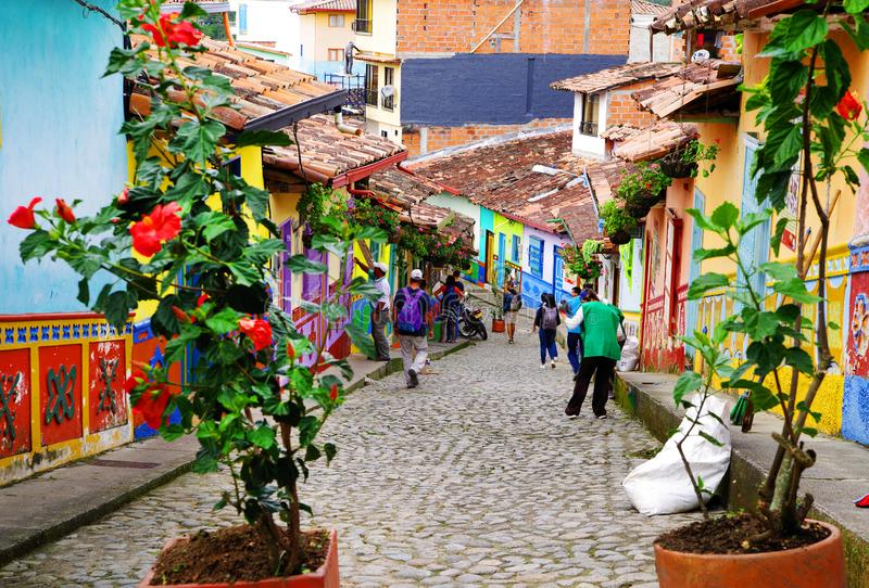GUATAPE, ANTIOQUIA, COLOMBIA, 08 AUGUSTUS, 2018: Kleurrijke straten van Guatape-dorp in Colombia royalty-vrije stock afbeeldingen