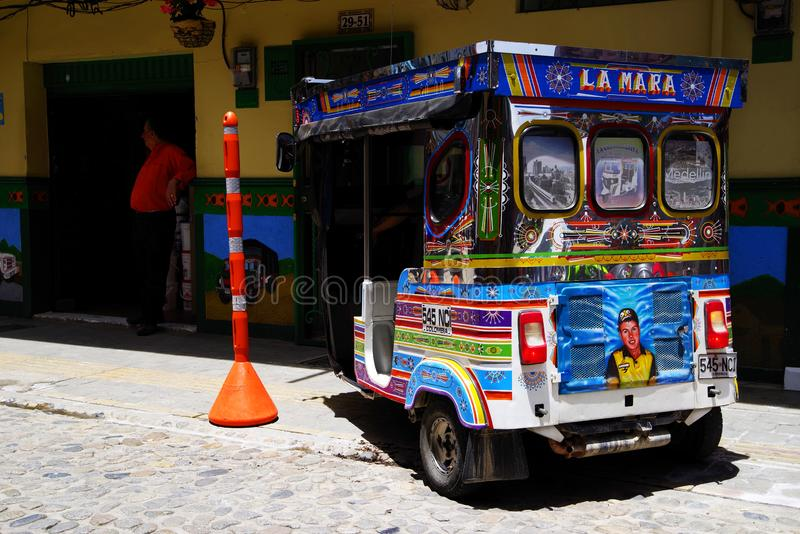 GUATAPE, ANTIOQUIA, COLOMBIA, 08 JUNI, 2019: Straatscène in Guatape-dorp royalty-vrije stock afbeeldingen