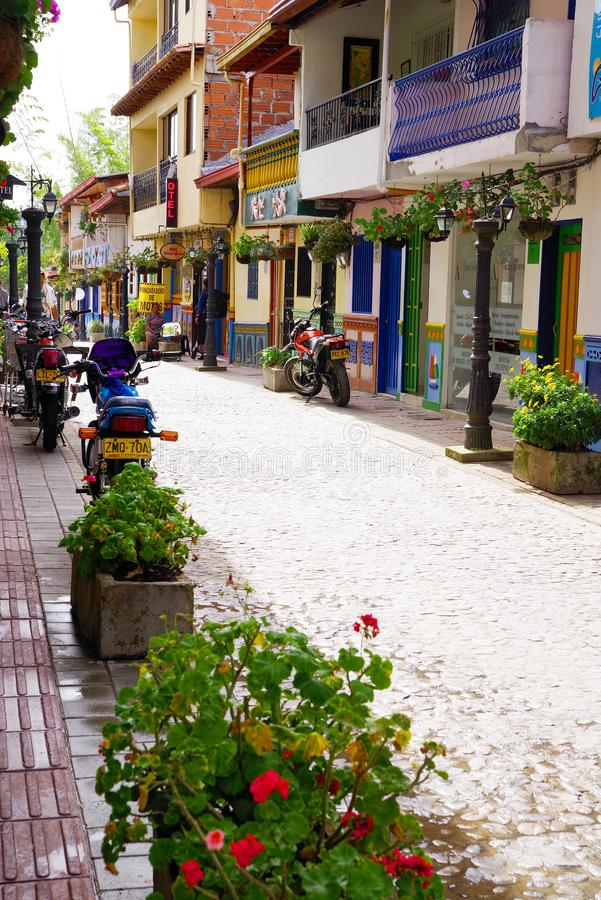 GUATAPE, ANTIOQUIA, COLOMBIA, 08 JUNI, 2019: Straatscène in Guatape-dorp stock foto's