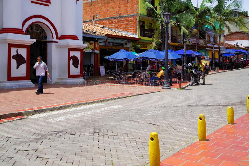 GUATAPE, ANTIOQUIA, COLOMBIA, 08 JUNI, 2019: Straatscène in Guatape-dorp stock fotografie