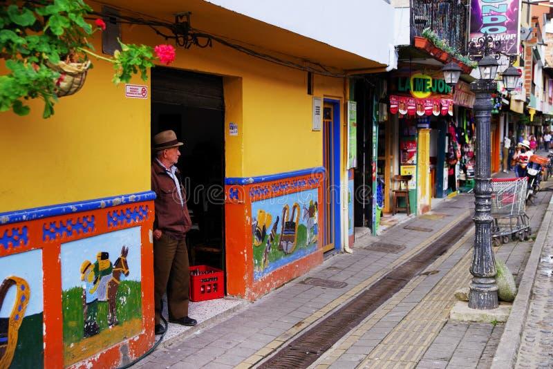GUATAPE, ANTIOQUIA, KOLUMBIEN, AM 8. AUGUST 2018: Gewöhnlich bunte Gebäude in Guatape stockfotos
