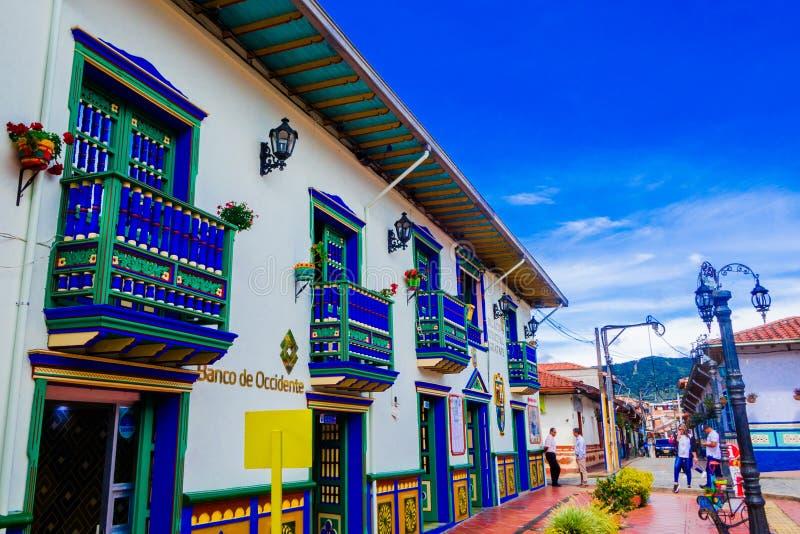 GUATAPE, COLOMBIA - OKTOBER 19, 2017: Mooie kleurrijke straten en verfraaide huizen van Guatape-stad dichtbij Medellin stock foto