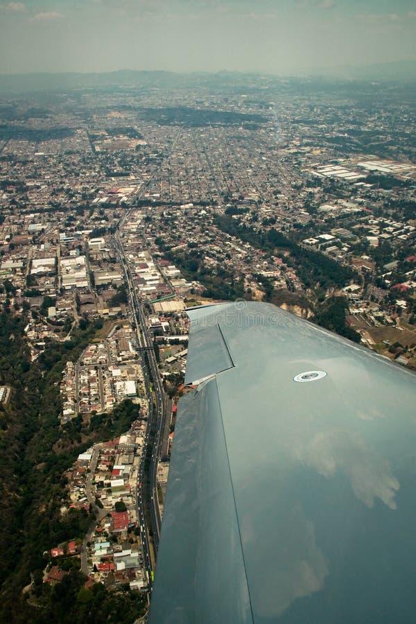 Guatemala City sikt från flygplanet royaltyfri bild