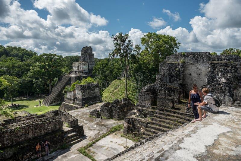 GUATEMALA - 17 DE NOVIEMBRE DE 2017: Pirámide y el templo en el parque de Tikal Objeto de visita turístico de excursión en Guatem foto de archivo