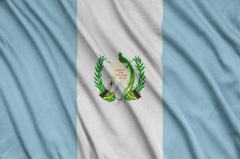 A Guatemala embandeira é descrita em uma tela de pano dos esportes com muitas dobras Bandeira da equipe de esporte foto de stock
