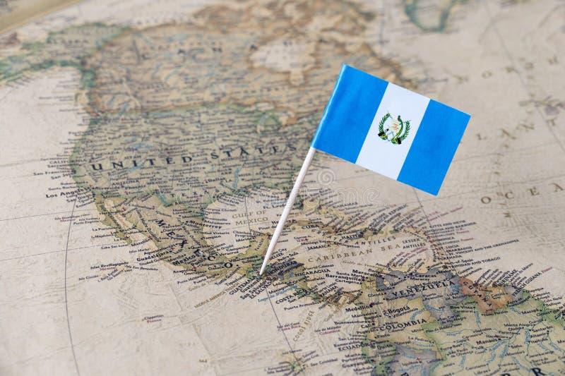 Guatemala flaggastift på översikt fotografering för bildbyråer