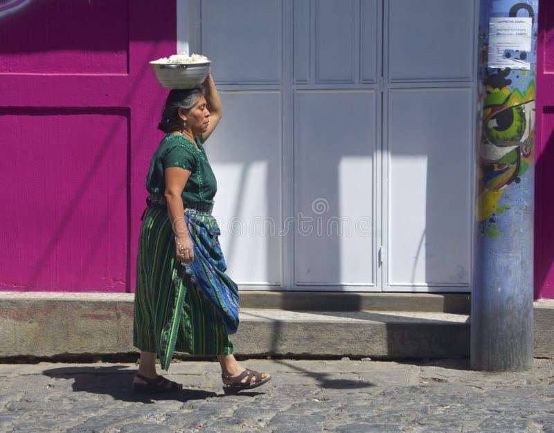 Guatemala infödd kvinna som går att marknadsföra royaltyfri fotografi
