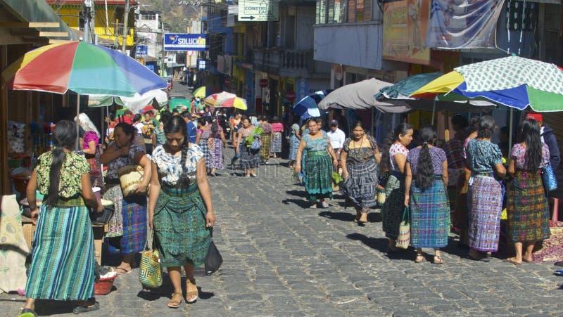 Guatemala infödda kvinnor i traditionell dräkt FarmerÂs marknad, San Pedro de la Laguna, Guatemala arkivbild