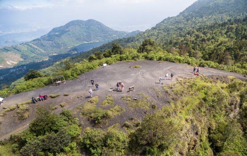 GUATEMALA - NOVEMBER 10, 2017: Turist på den Pacaya vulkan i Guatemala, landskap i bakgrund arkivfoto