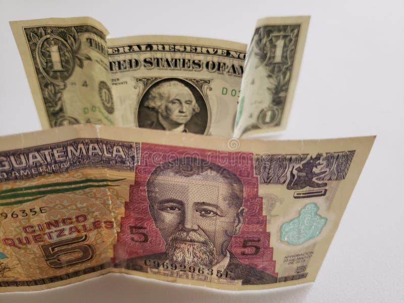 Guatemalaans bankbiljet van vijf quetzales en Amerikaanse dollarrekening royalty-vrije stock foto