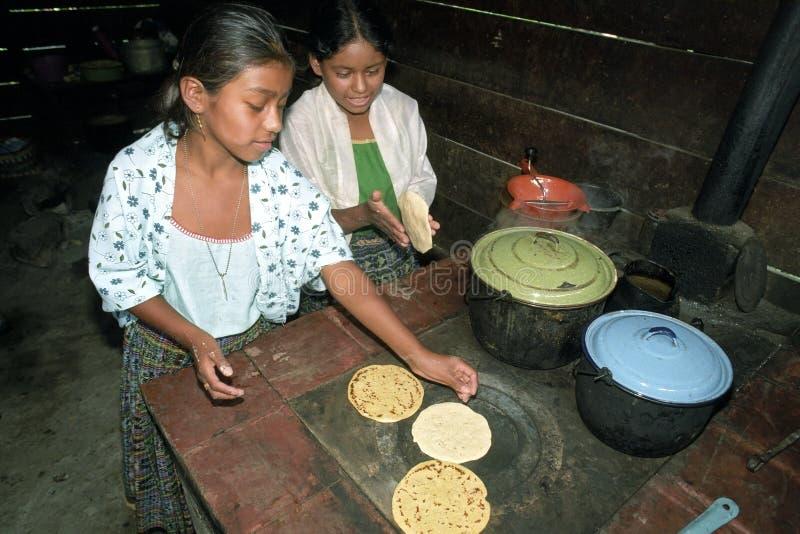 Guatemalansk indisk tonår som förbereder tortillor royaltyfria foton