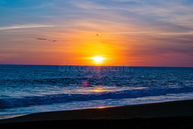 Guatemalansk strandsolnedgång royaltyfri fotografi