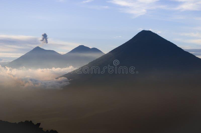 Guatemalansk vulkan royaltyfria bilder