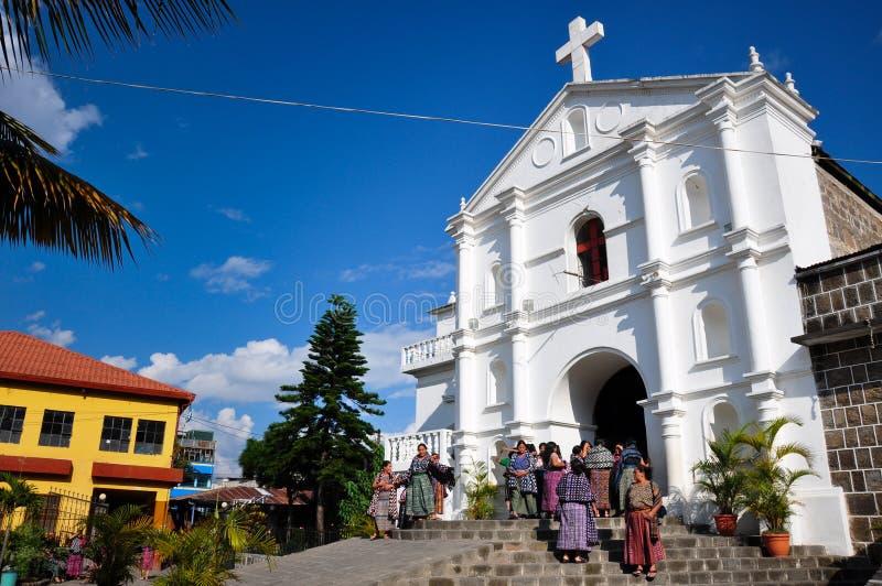 Guatemaltecas che esce chiesa in San Pedro la Laguna, Guatemala fotografia stock