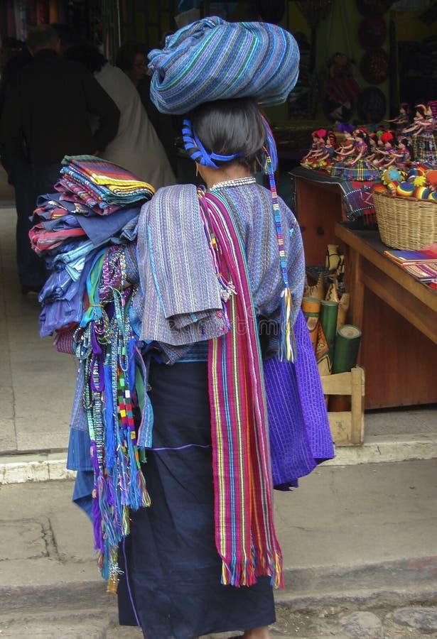 Guatemaltekischer Verkäufer an Panajachel-Markt lizenzfreies stockfoto