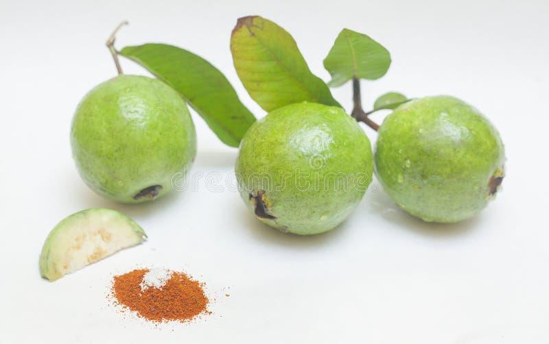 Guava owoc z liśćmi odizolowywającymi na białym tle obrazy royalty free
