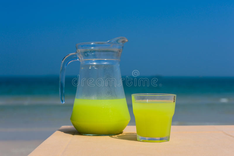Guava sok na stole zdjęcie royalty free