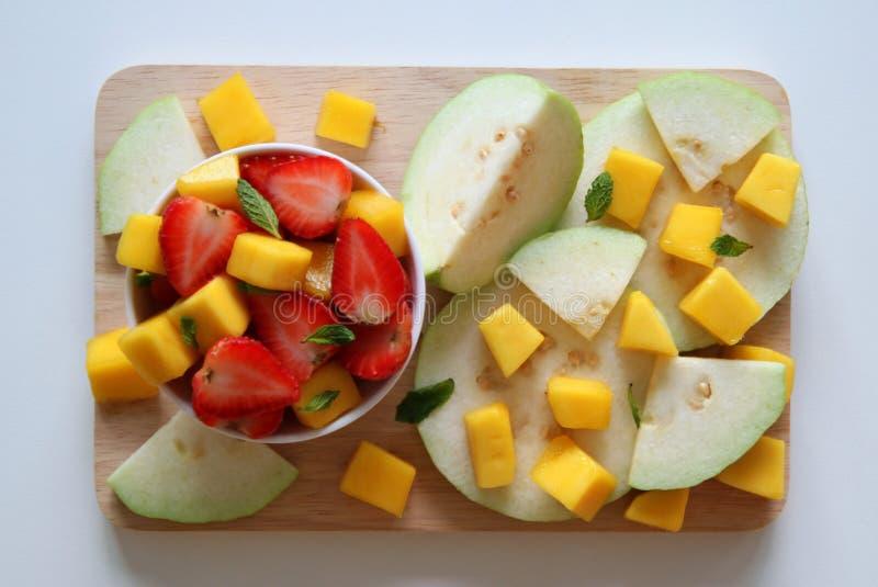 Guave, mango en aardbei met bladeren van munt op de witte achtergrond royalty-vrije stock foto's