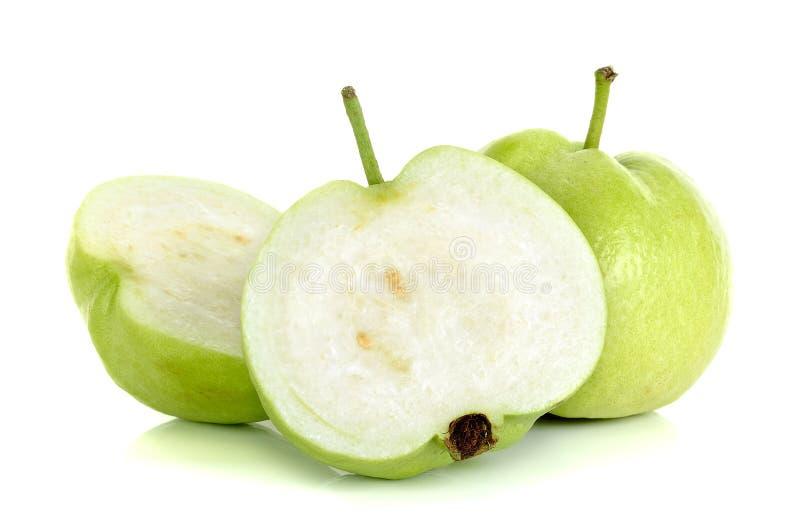 Guavefruit op de witte achtergrond wordt geïsoleerd die stock afbeelding