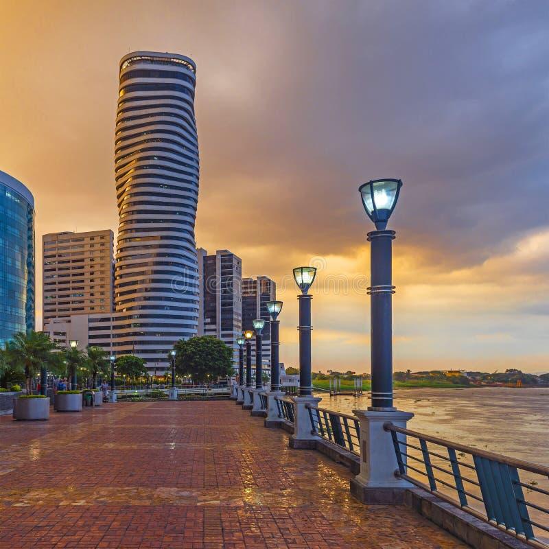 Guayaquil Cityscape på solnedgången, Ecuador royaltyfri fotografi