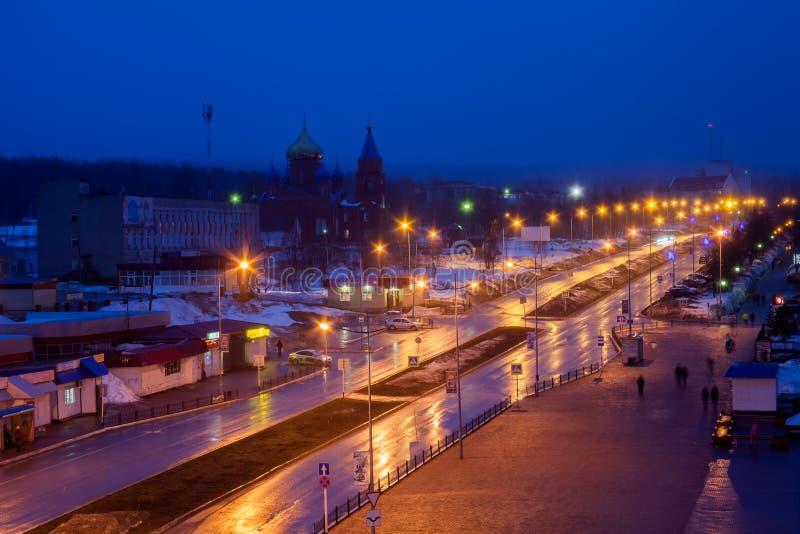 Gubakha, região do permanente, Rússia - 15 de abril 2017: Landsc urbano da noite fotos de stock royalty free