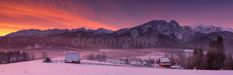 从Gubalowka的顶端看法至多著名波兰滑雪胜地扎科帕内,以积雪覆盖的峰顶高Tatras为背景 免版税库存图片