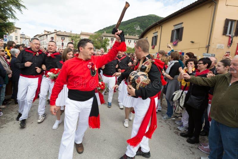 GUBBIO, ΙΤΑΛΊΑ - 15 ΜΑΐΟΥ 2016 - μέλη της ομάδας Sant'Antonio που φθάνει για να συμμετέχει στο ετήσιο dei Ceri Festa στοκ φωτογραφία με δικαίωμα ελεύθερης χρήσης