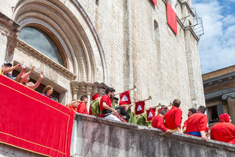 GUBBIO, ΙΤΑΛΊΑ - 15 ΜΑΐΟΥ 2016 - φιλαρμονική Trumpeters καλωσορίζει τη Ceri στο τετράγωνο για να γιορτάσει το ετήσιο dei Ceri Fes στοκ εικόνες με δικαίωμα ελεύθερης χρήσης