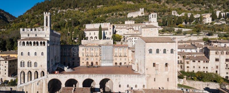 Gubbio, Италия Вид с воздуха трутня центра города, главной площади и исторического здания вызвал dei Consoli Palazzo стоковые изображения rf