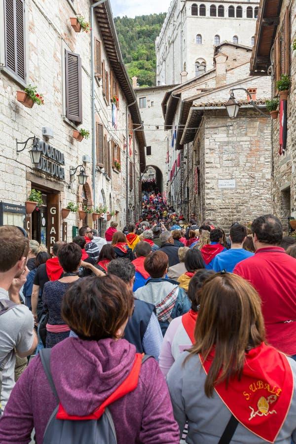 GUBBIO, ITÁLIA - 15 DE MAIO DE 2016 - multidões fazem sua maneira acima das ruas estreitas em Gubbio para Piazza Grande de olhar  fotos de stock
