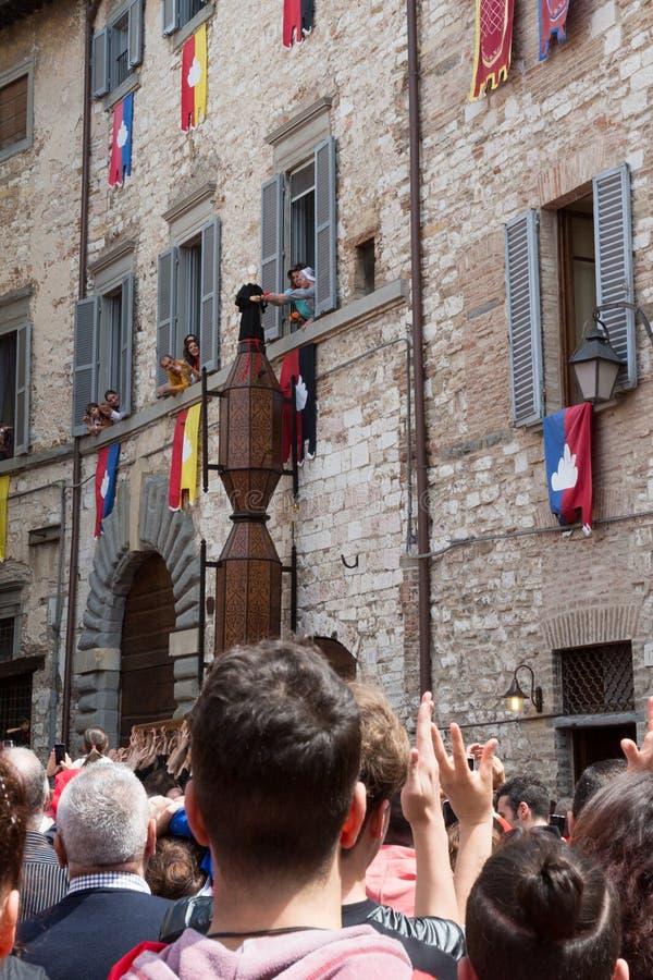 GUBBIO, ITALIË - MEI 15 2016 - wordt Sant 'Antonio Ceri gezegend door een non is het is pararded rond de stad van Gubbio bij annu royalty-vrije stock foto
