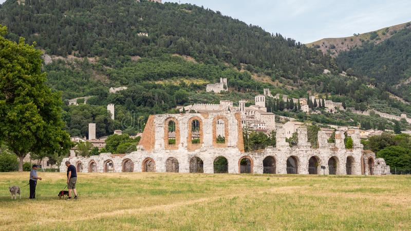 Gubbio, Itali? Verbazende mening van de ruïnes van het Roman theater en de stad Het is één van de mooiste kleine stad in Italië royalty-vrije stock afbeelding