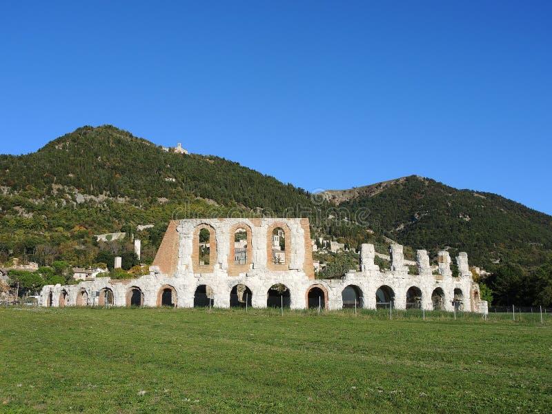 Gubbio, jeden piękny miasteczko w Włochy Ruiny Romański teatr fotografia stock