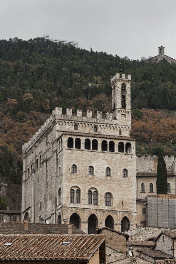 Gubbio, Perugia, Itália - a fachada do dei Consoli de Palazzo O palácio é ficado situado em Piazza Grande, em Gubbio fotografia de stock