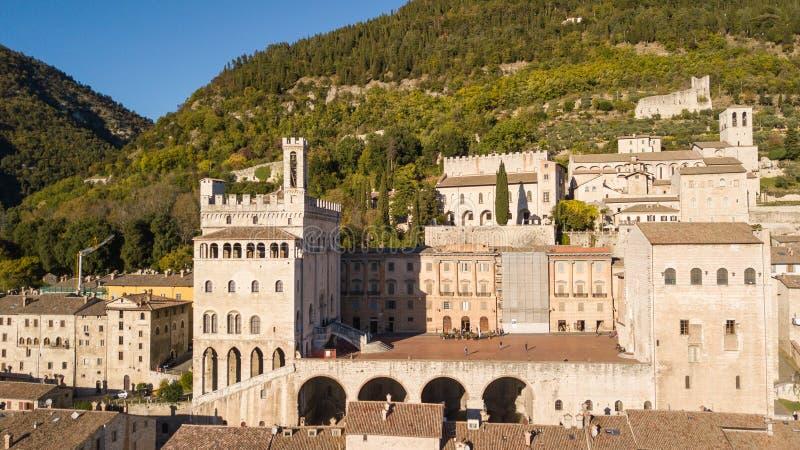 Gubbio, Włochy Trutnia widok z lotu ptaka centrum miasta, główny plac i dziejowy budynek, dzwonił Palazzo dei Consoli fotografia stock
