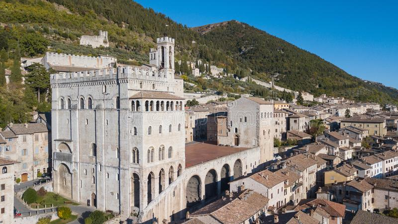 Gubbio, Włochy Trutnia widok z lotu ptaka centrum miasta, główny plac i dziejowy budynek, dzwonił Palazzo dei Consoli zdjęcie stock