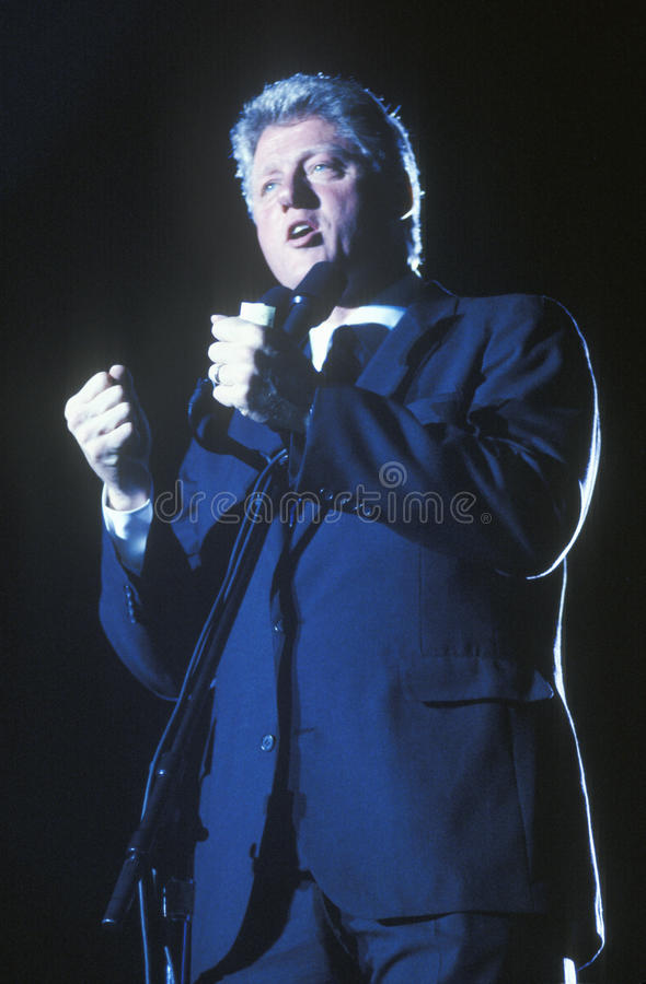 Gubernator Bill Clinton mówi przy Teksas kampanii wiecem w 1992 na jego definitywnym dniu prowadzić kampanię w McAllen, Teksas fotografia stock