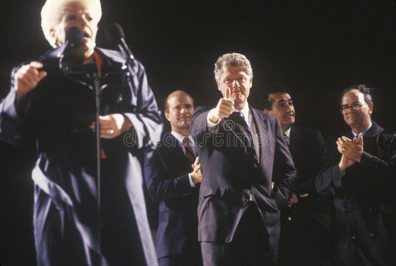 Gubernator i Gubernator Bill Clinton Ann przy Teksas kampanią Richards zbieramy w 1992 na jego definitywnym dzień target306_0_ w  zdjęcia stock