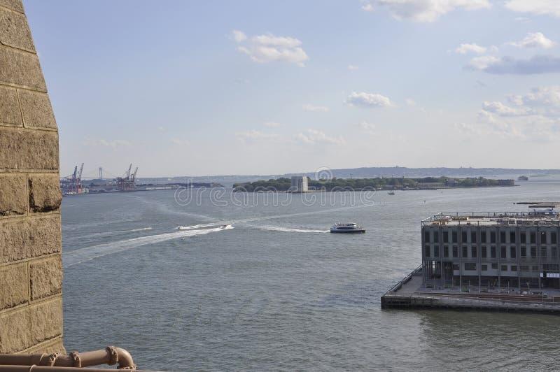 Gubernator wyspy widok od mosta brooklyńskiego nad Wschodnią rzeką od Miasto Nowy Jork w Stany Zjednoczone zdjęcie stock